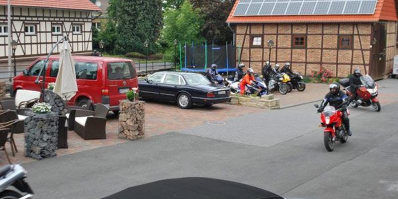 Parkplatz mit Autos und Motorradfahrern